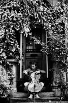 Zittend deur, zwart-wit